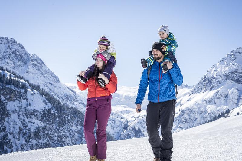 Winterwandern Familie Hoehenweg @Dominik Berchtold (24).jpg